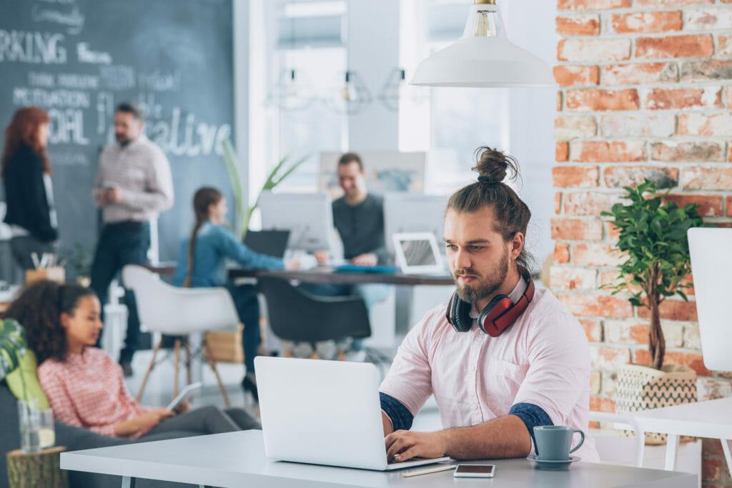 ノートパソコンで作業する男性