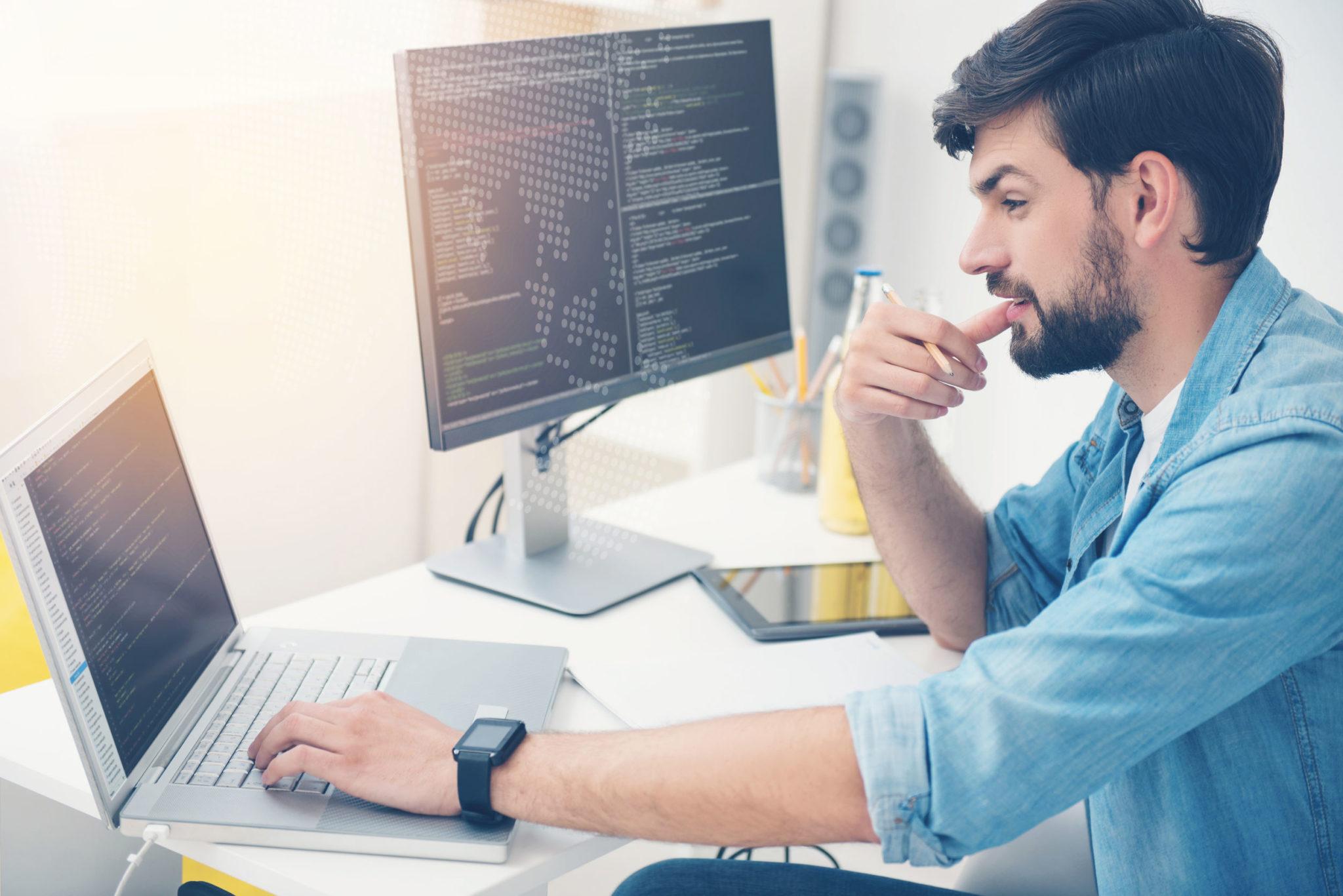プログラマーとして働く若い男性