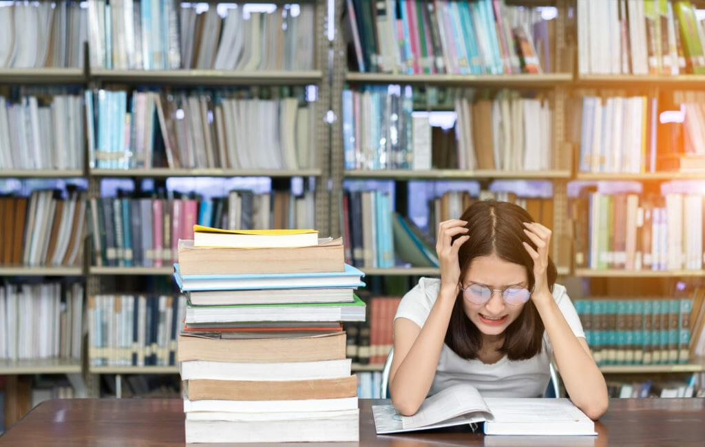 勉強に苦しむ女性
