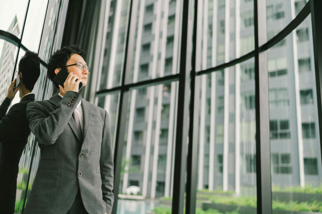 電話をかける男性の図