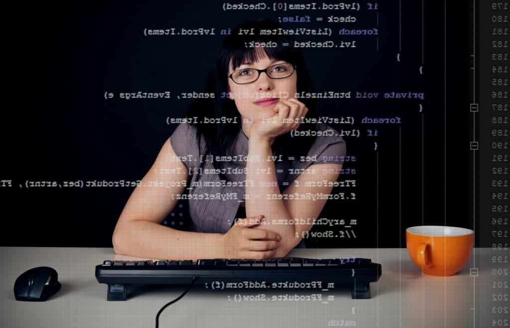スクリーンにプログラムを書く若い女性
