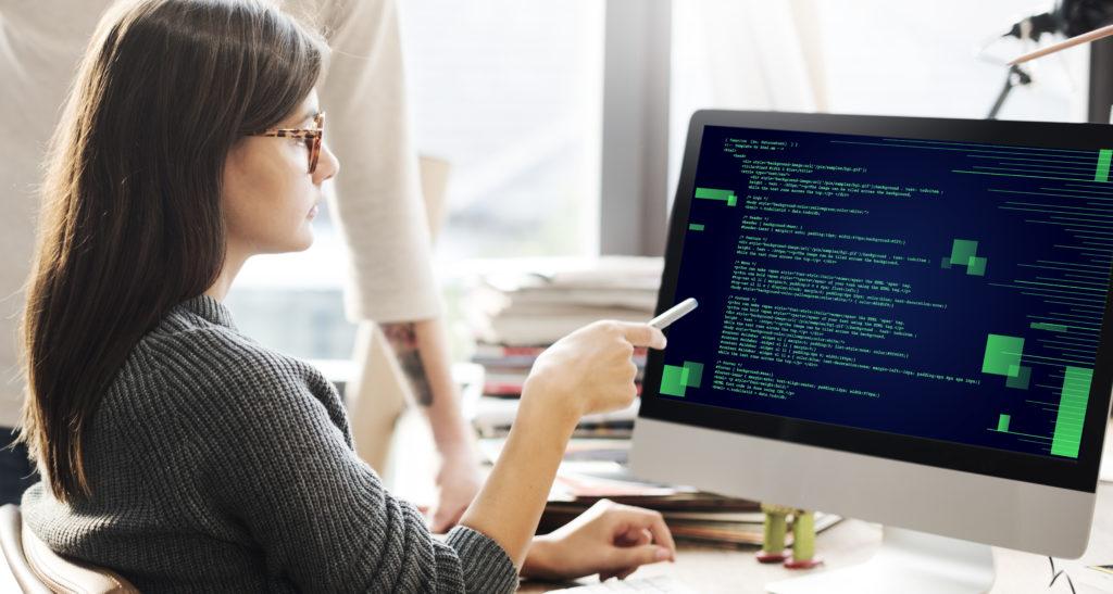 コーディングするプログラマー