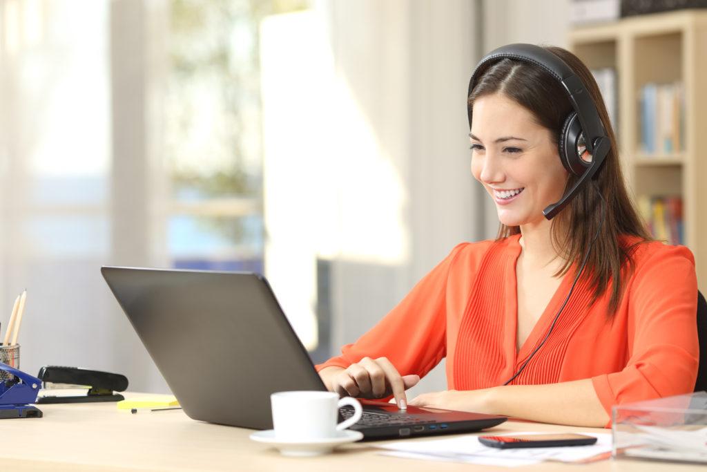 パソコンでビデオ会議するフリーランス女性