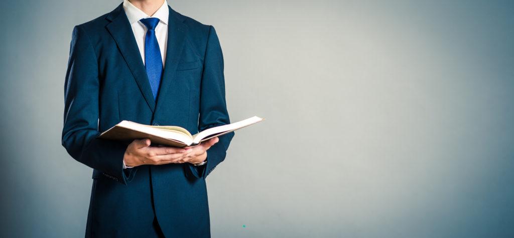ビジネスマンと本
