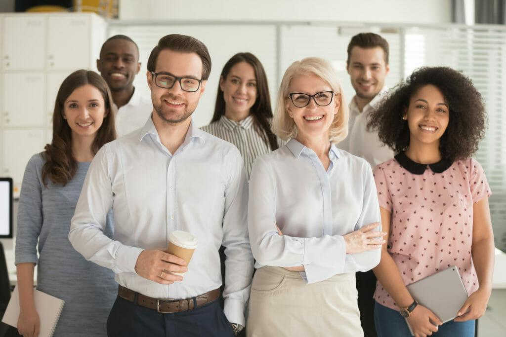 リーダーとメンバーの笑顔