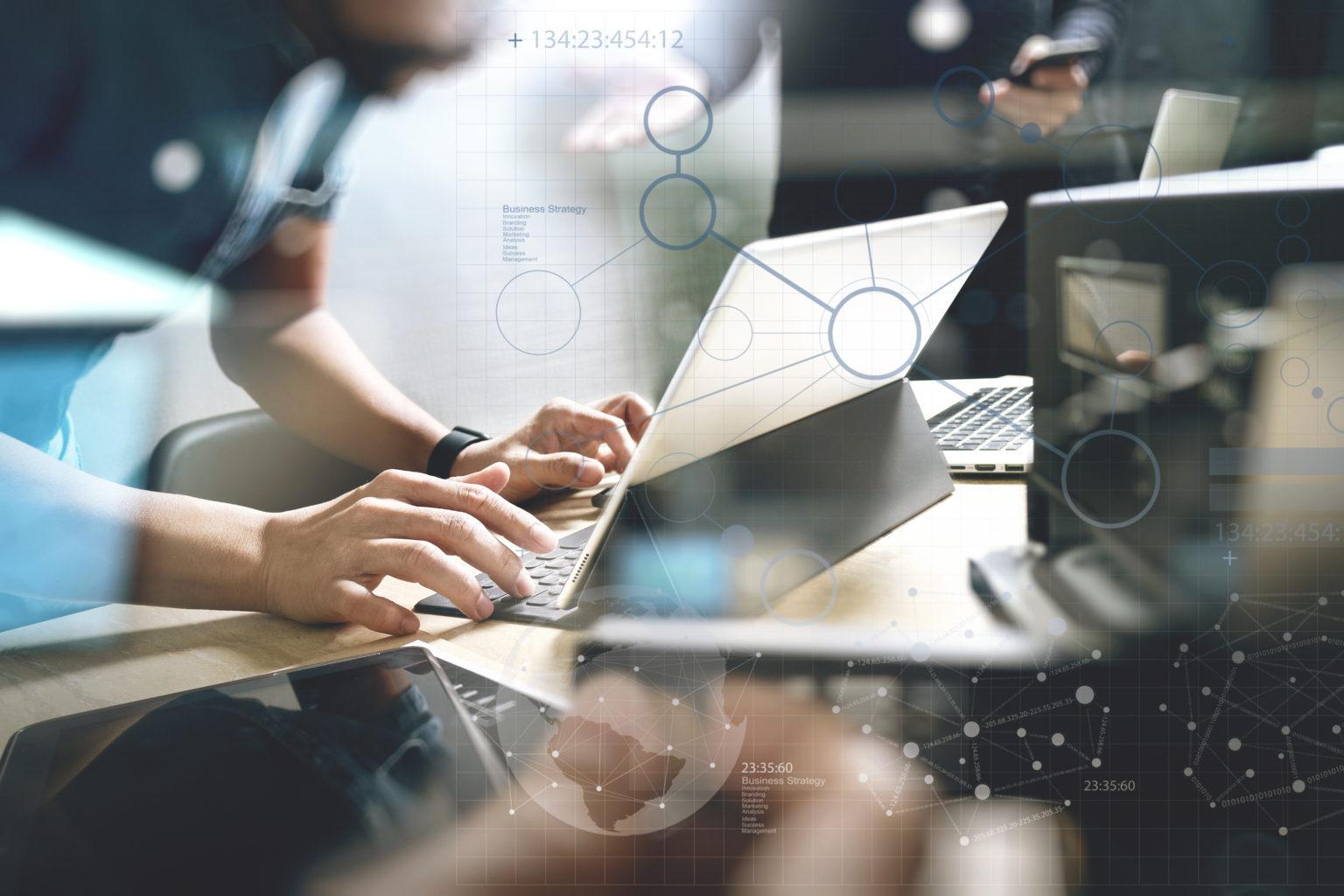 スタートアップ プログラミング チーム。ウェブサイト デザイナー作業デジタル ドックのキーボードとコンピューターのノート パソコンとスマート フォンをタブレットし、コンパクト ライト効果のマーブル机の上のサーバー