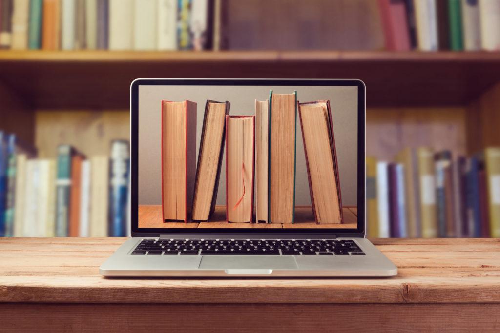 ラップトップPCと本による電子書籍ライブラリ