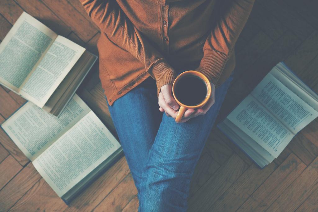 読書もしくは勉強のあと、コーヒーを飲み休憩する女性