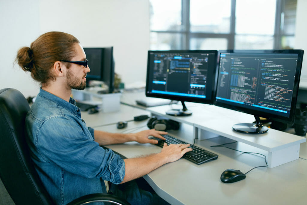 オフィスでプログラミングをする男性