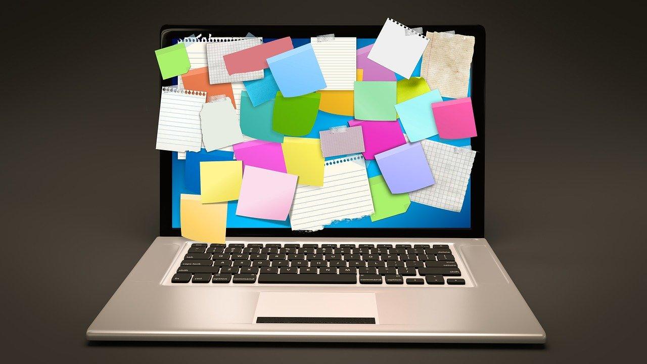 たくさんメモが貼られたノートパソコン