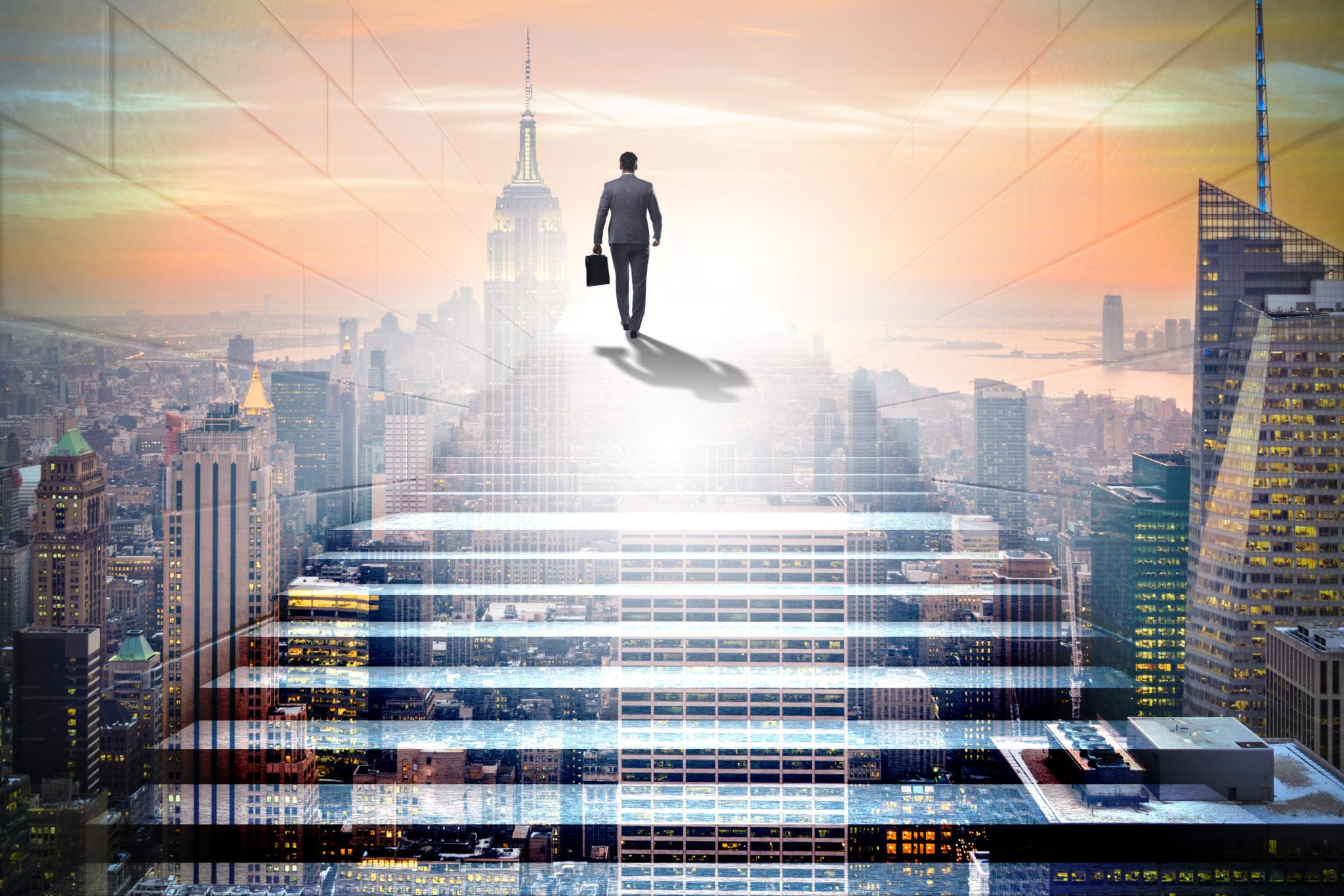 ビジネスコンセプトで挑戦的なキャリアのはしごを登る実業家