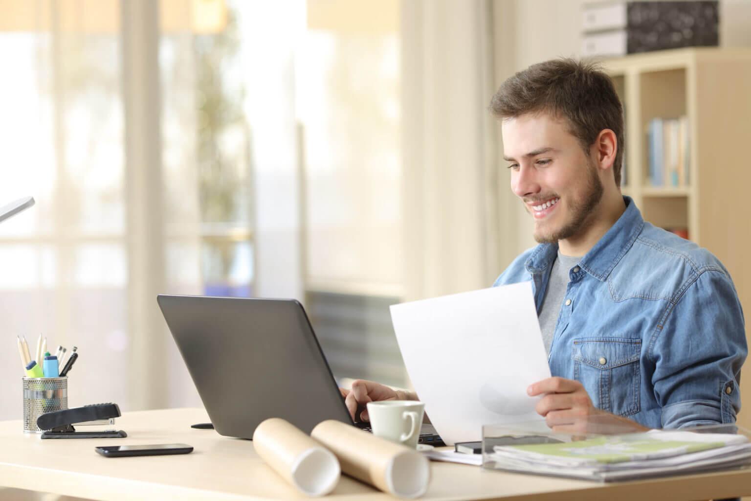 ラップトップPCを使って働いている男性