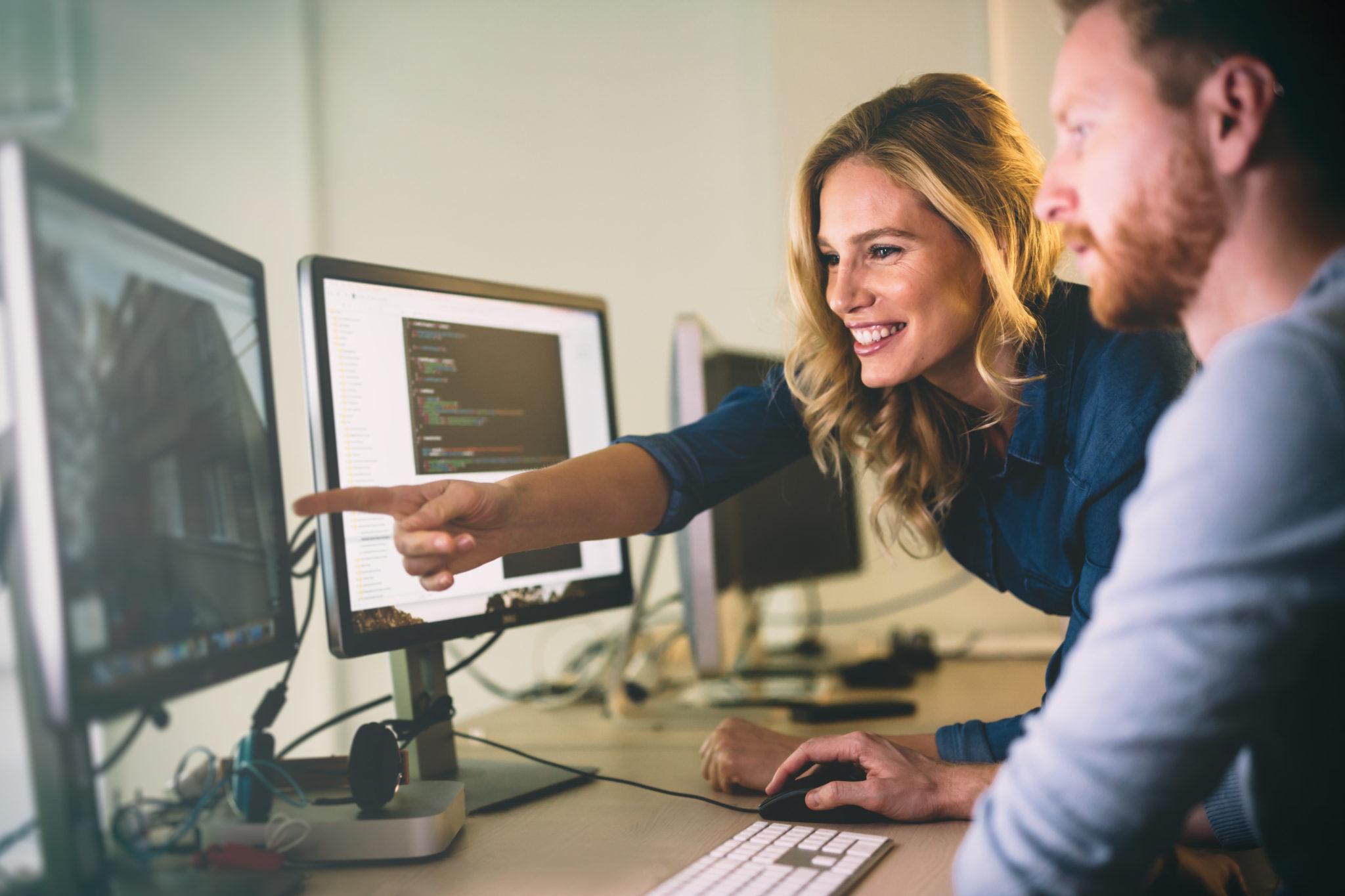 ソフトウェア開発企業のオフィスで働くプログラマー