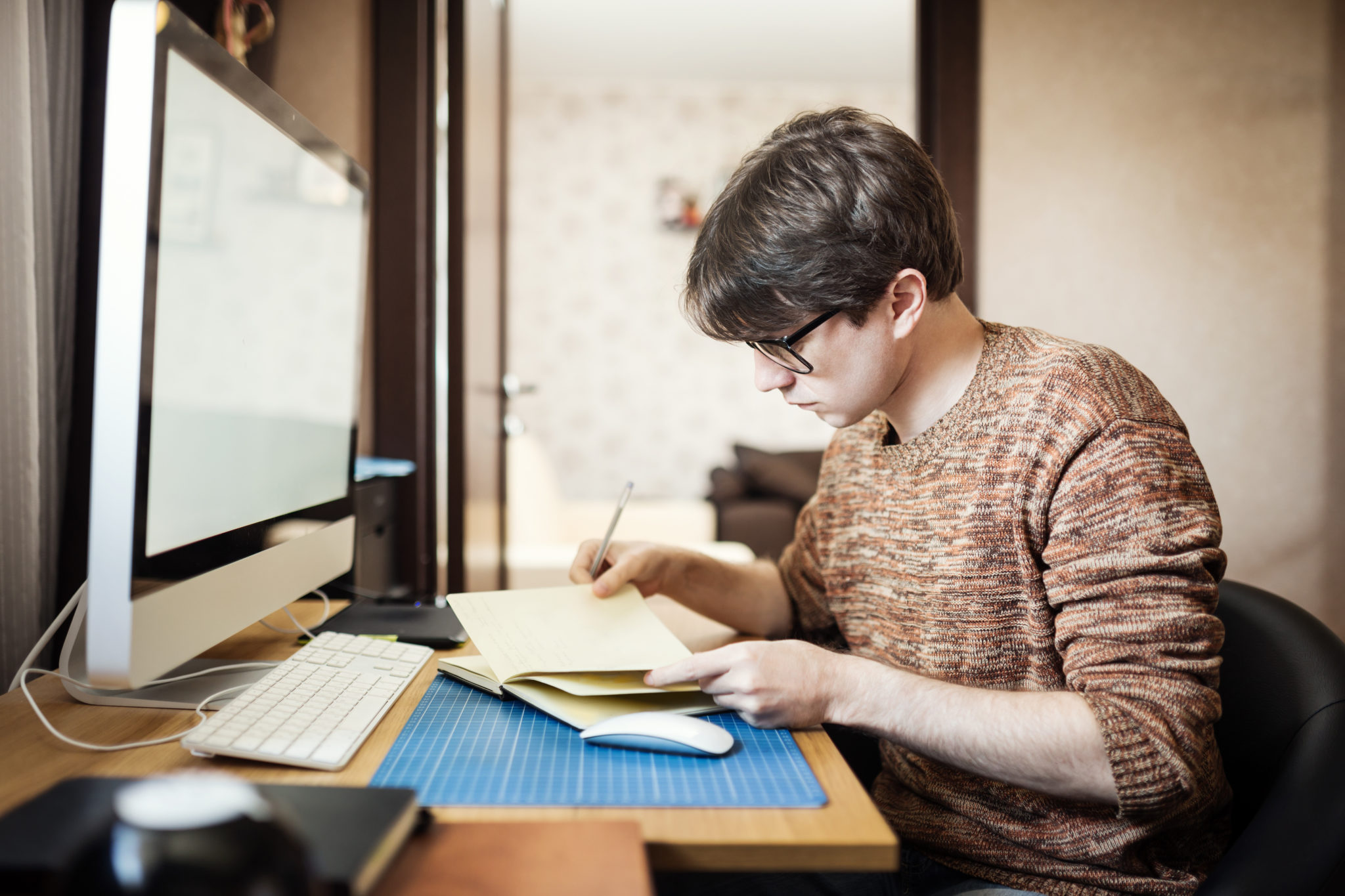 自宅でパソコンを使う若い男