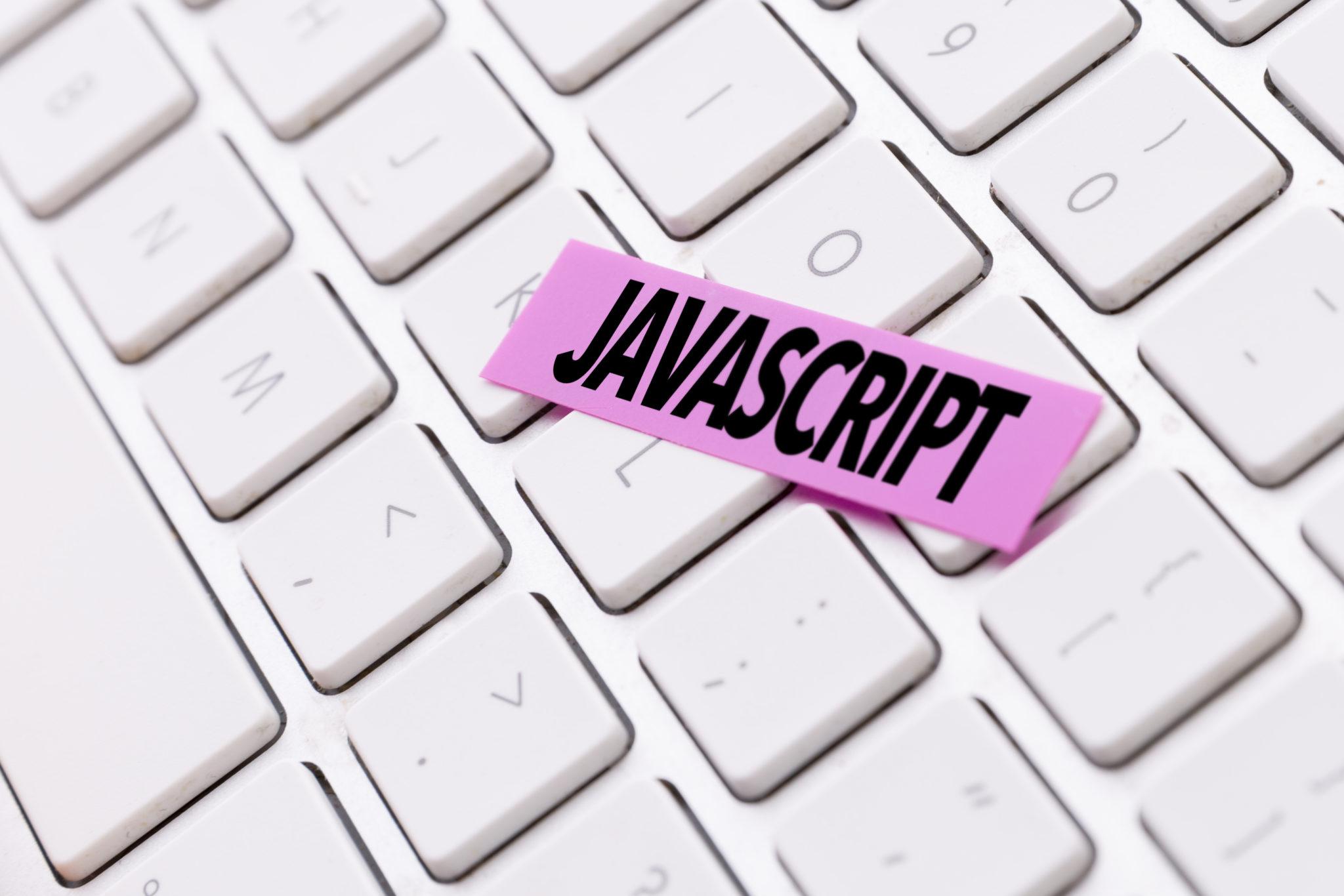白いキーボードにJavaScriptのラベル