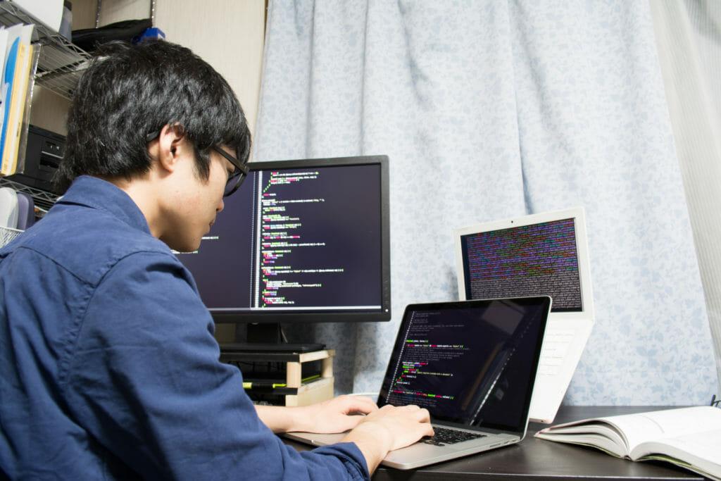 プログラミングしているエンジニア