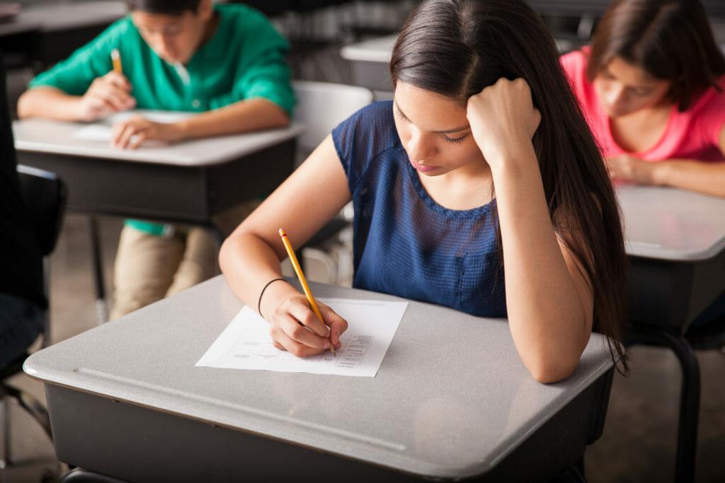 テストを受ける高校