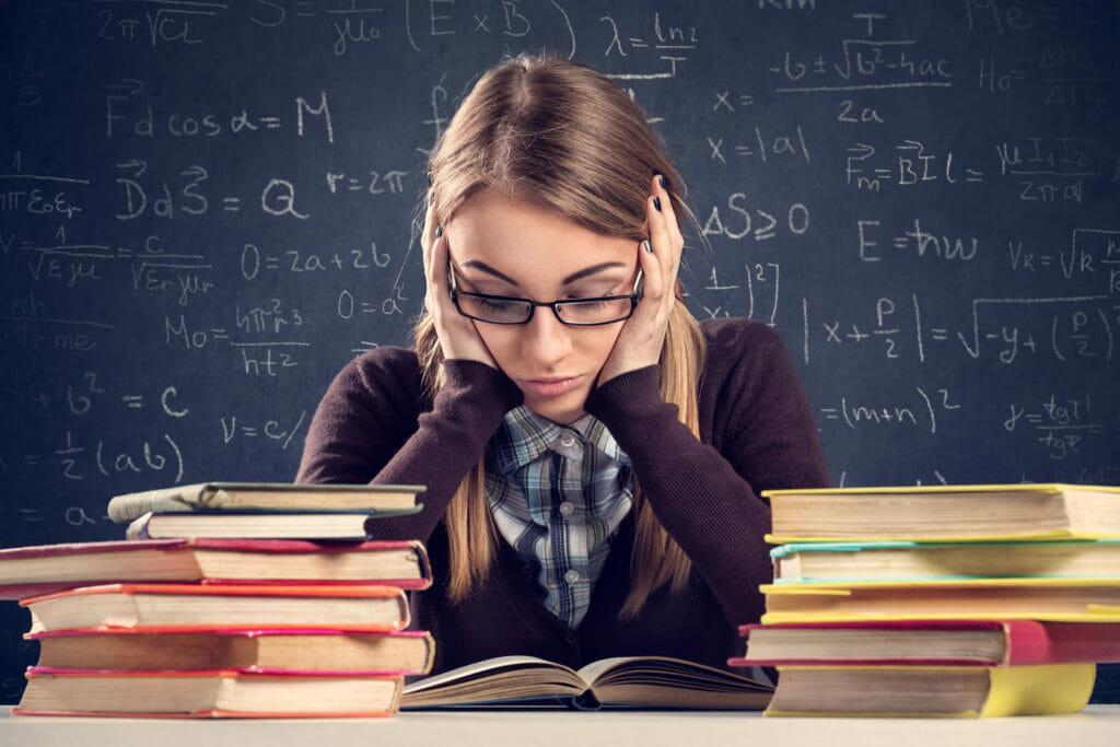 本で勉強する女子生徒