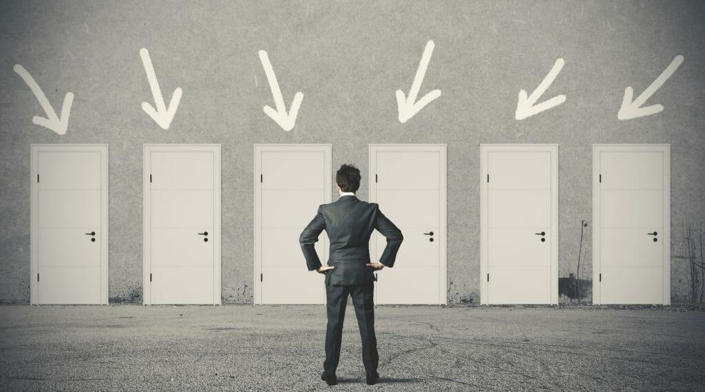 正しいドアを選択するビジネスマン