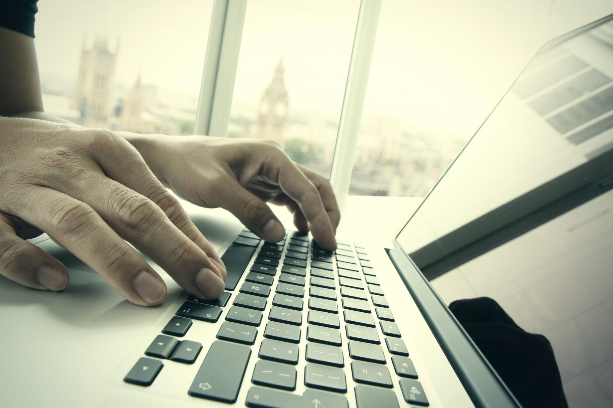 ラップトップコンピュータで仕事をするビジネスマン