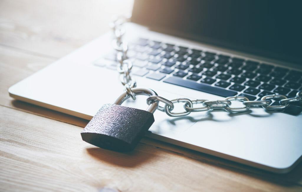 ハッカーやマルウェアから情報を守るためのラップトップパソコンに巻かれた鎖