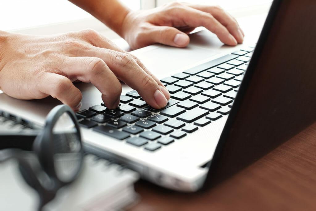 パソコンを触るビジネスマン