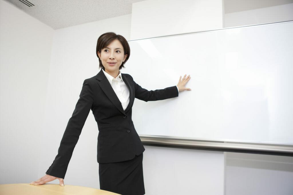 講義する女性