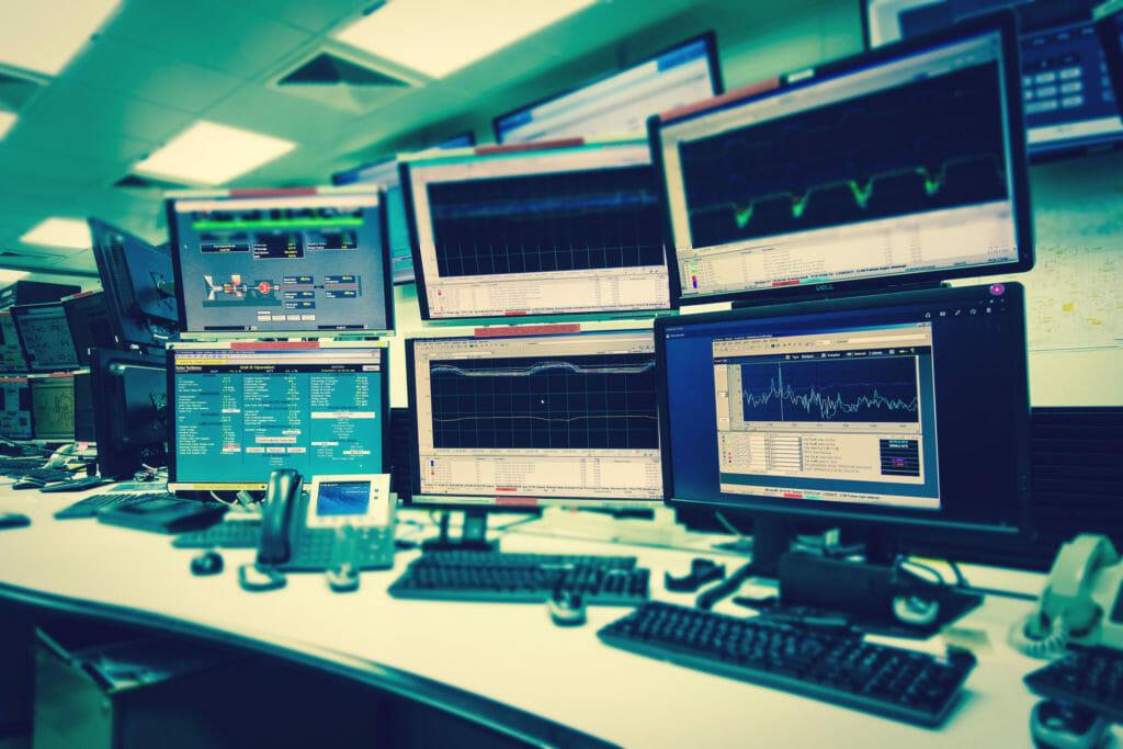 たくさんのモニタがあるシステム制御室