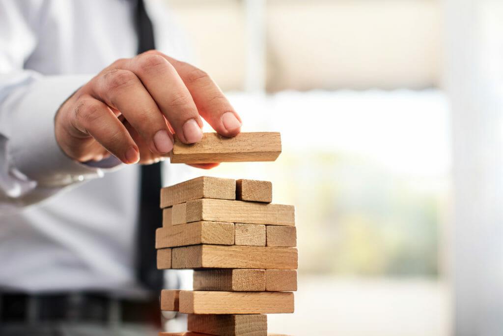 タワー、ビジネスコンセプトを構築するビジネスマン