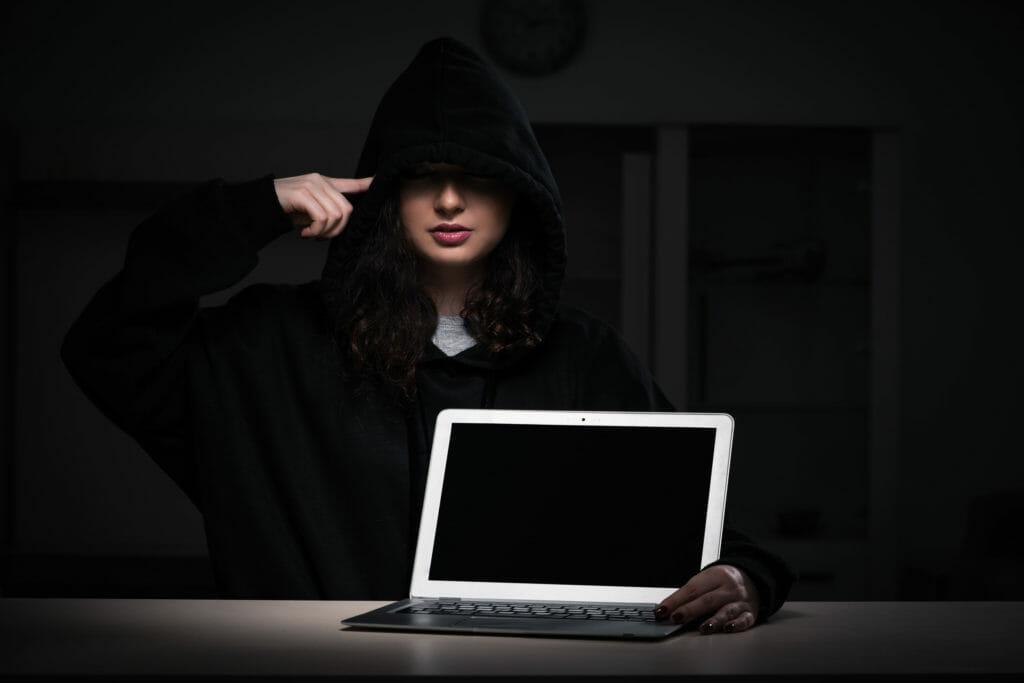 ハッキングするハッカーの女性