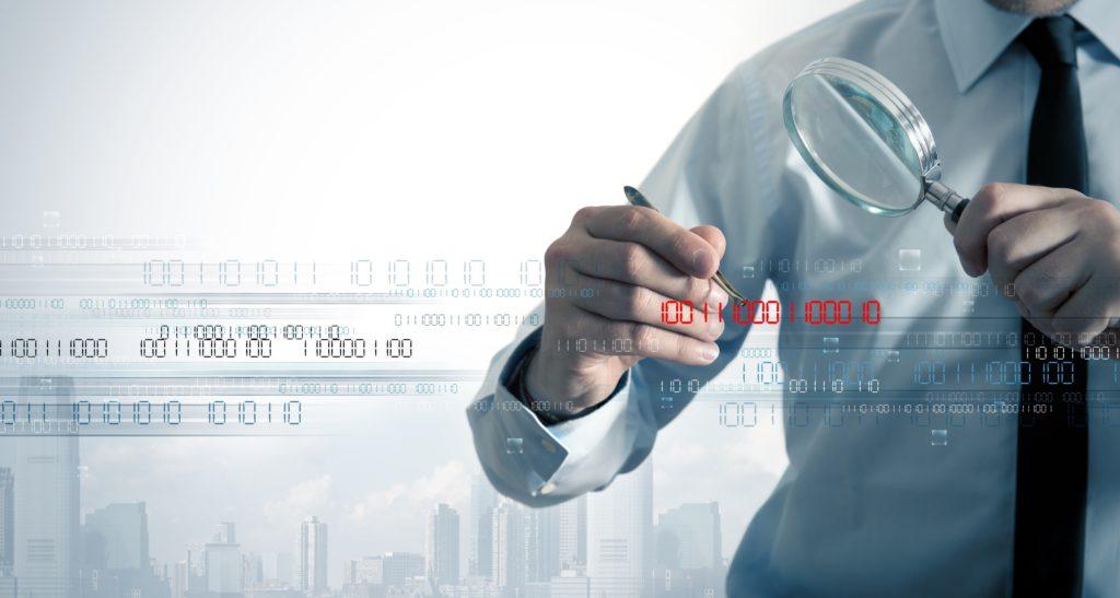 ビジネスマンは、バイナリコードでウイルスを検索します