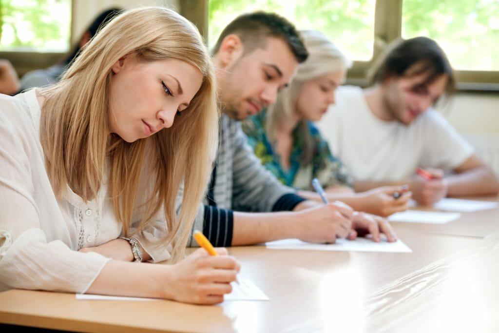 テストを受ける学生たち