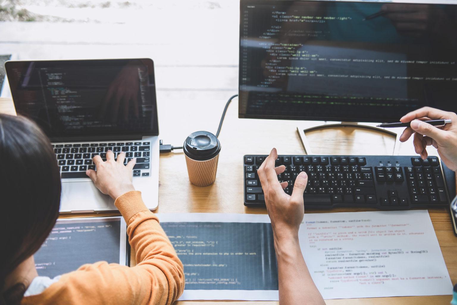 オフィスで開発するプログラマ