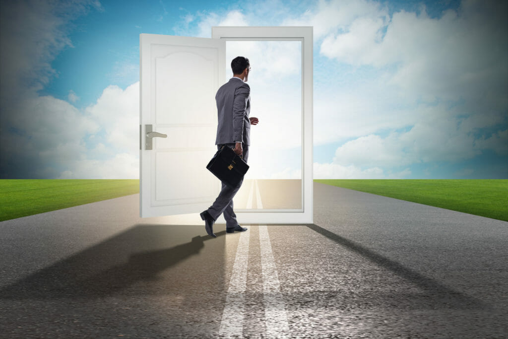 ドアに入るビジネスマン