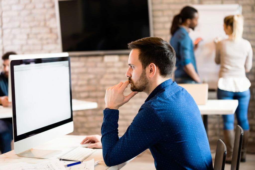 パソコンを使って働く若い男性