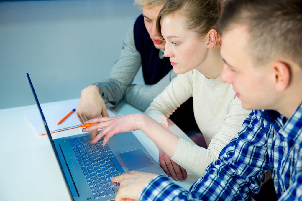 3 人の生徒が一緒に仕事します。