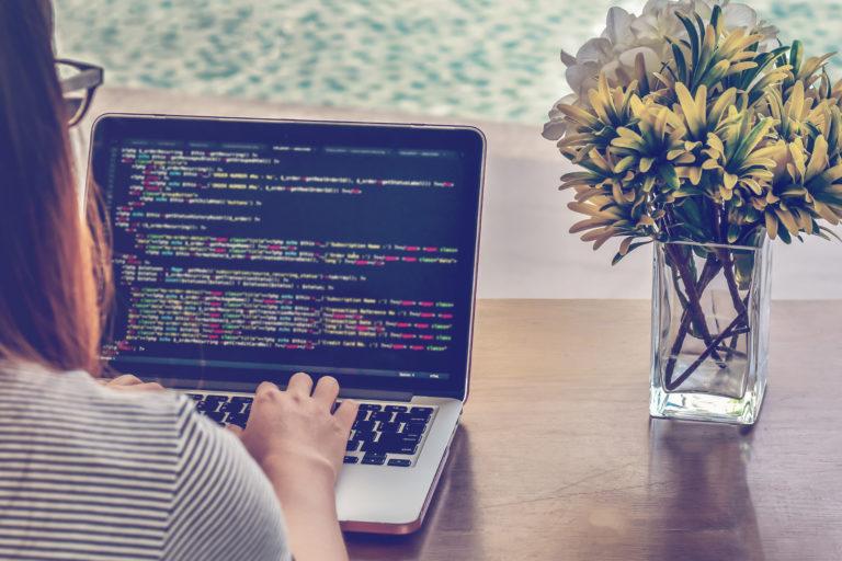 プログラミングする女性