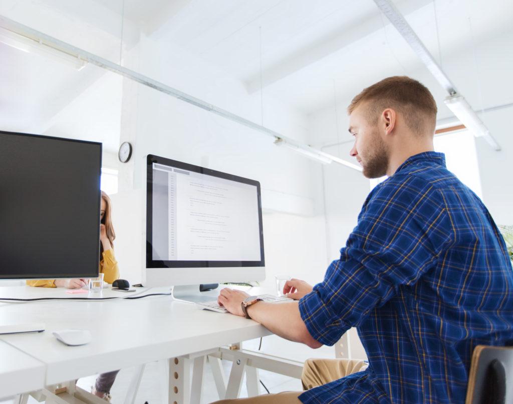 デスクでパソコンに向かう男性