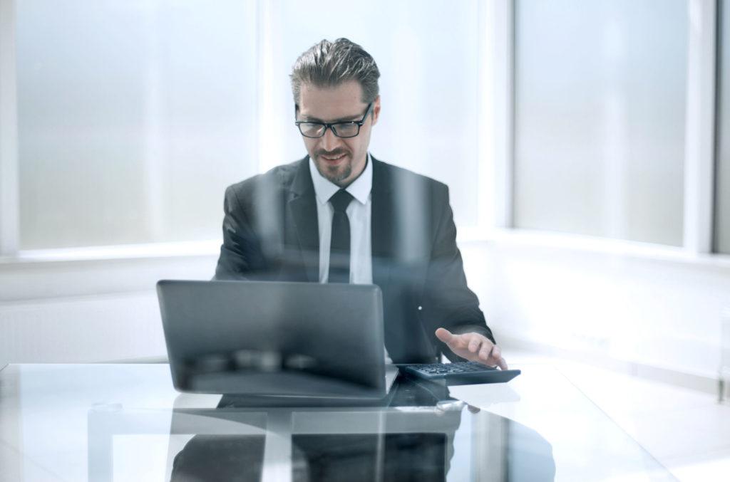 スーツ男性 オフィス
