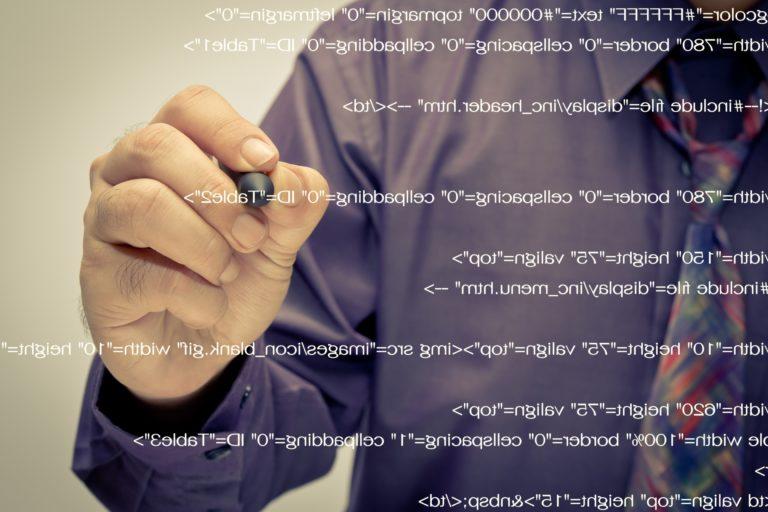 Webページのソースコードを書く男性