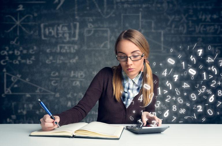 数学を解く女学生