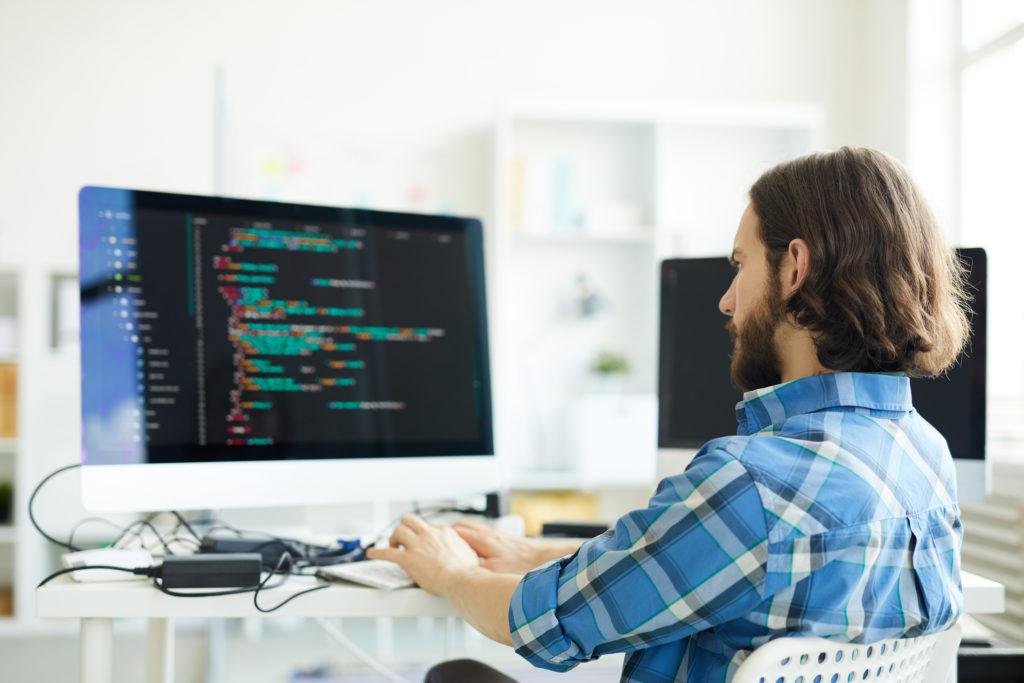 コンピューターソフトウェアを作成するコーダー
