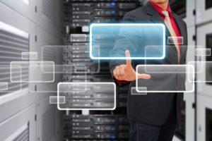 データセンタールームのウィンドウアイコンにスマートな手のタッチ