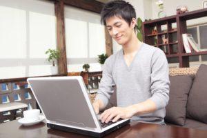 パソコンを使う日本人男性