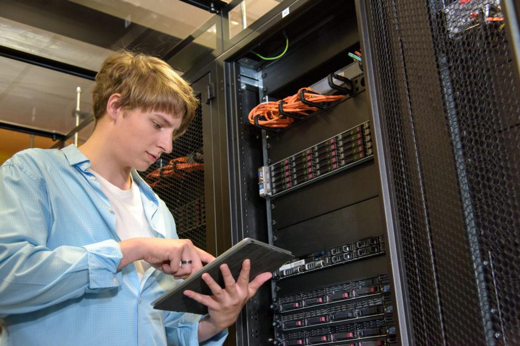 気候の制御データ センターでサーバーを構成する IT スペシャ リスト