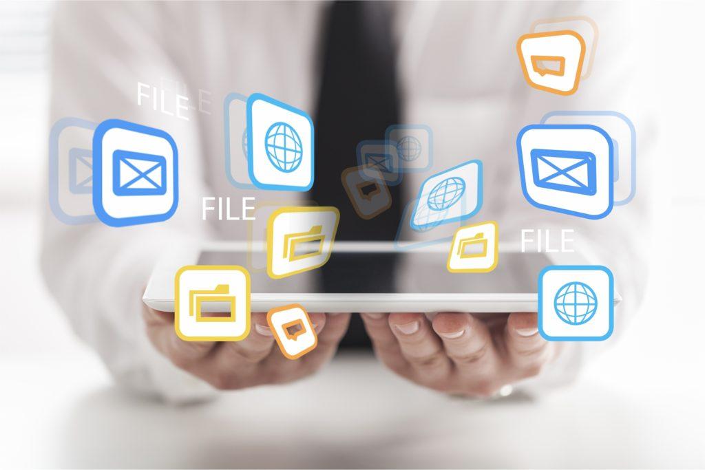 データセンタールームのプログラマーとデータファイルシステム