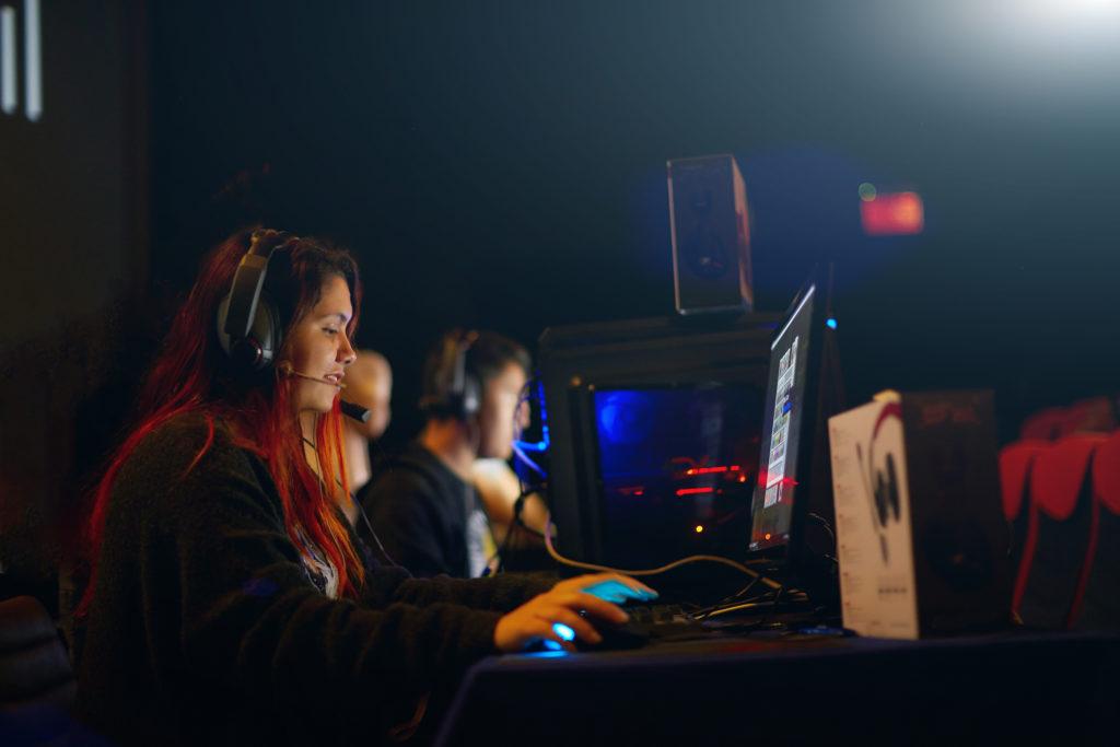 パソコンでMMORPGをプレイする女性プロゲーマー