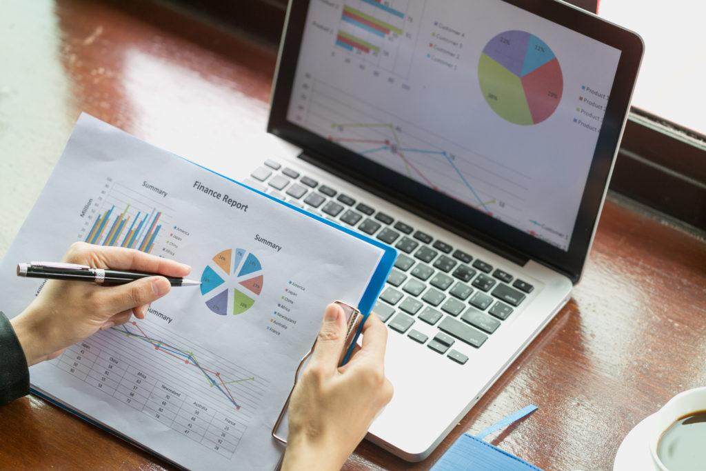ビジネスで使うグラフで仕事する女性の手