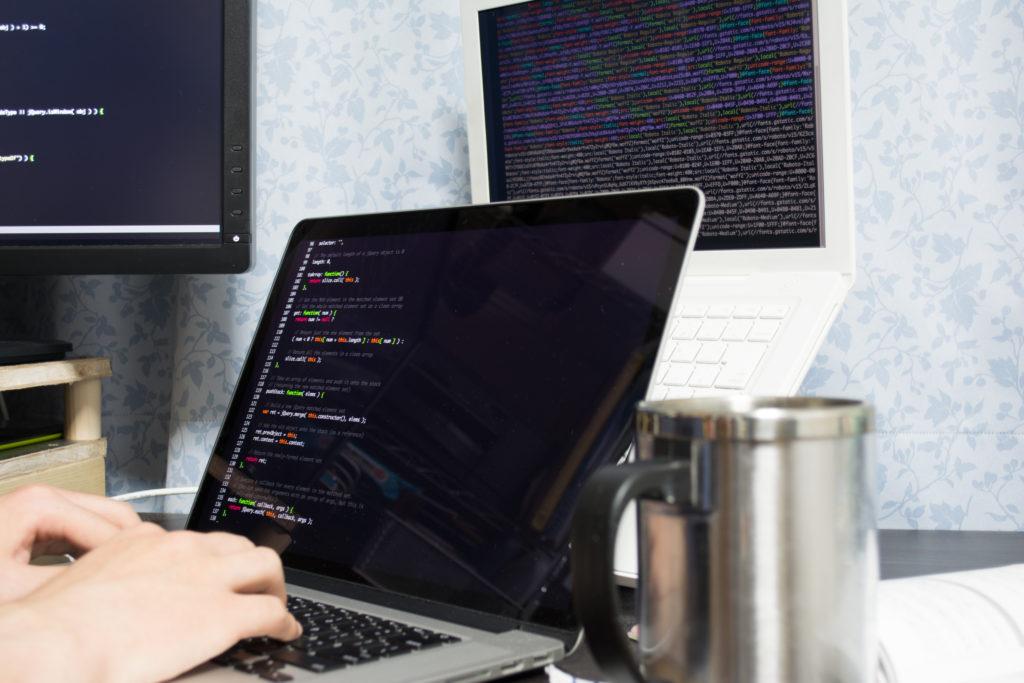 エンジニアが書くプログラムが表示されているコンピューター