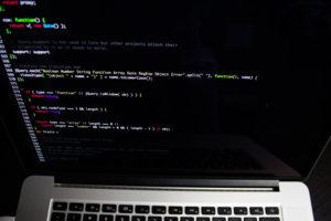 コンピュータに表示されたプログラミングコード